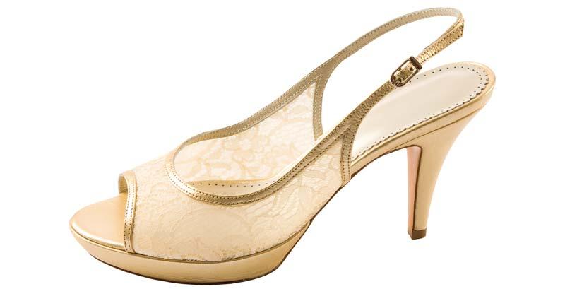 pantofi aurii pentru o rochie neagra